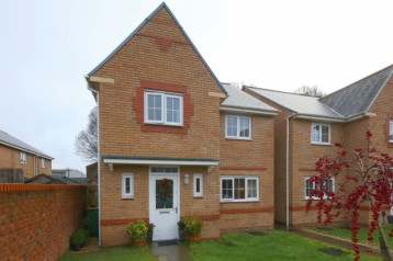 4 bed dtatched house with garden an...