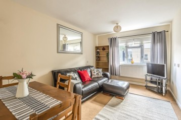 Large one bedroom flat Crystal Pala...